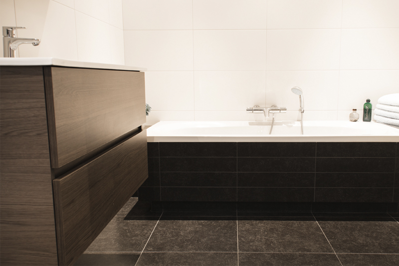 Toilet en witte tegel thuis stock foto afbeelding bestaande uit